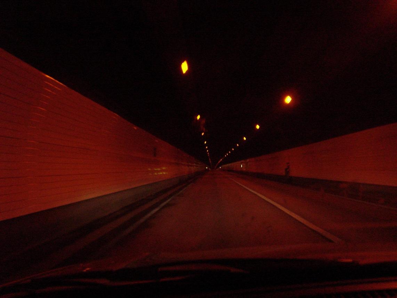 トンネルのナトリウムランプ